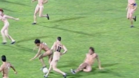 50000 naked spectators and 22 nude players: which country?