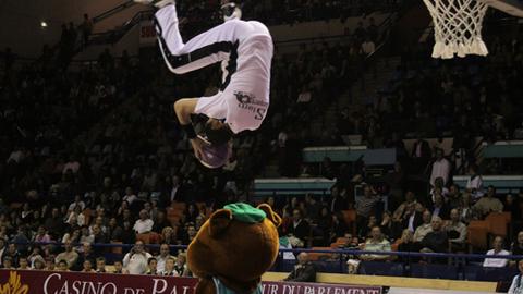 Acrobatique Basket à la  mi-temps d'un match de basket = Slam Jumpers
