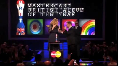 Adele fait un doigt d'honneur en direct lors de la cérémonie des Brit Awards - Regardez
