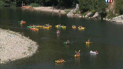Ardèche : l'été, les gendarmes sont en canoë