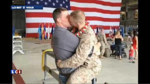 Le baiser d'un Marine's gay de retour d'Afghanistan fait le buzz