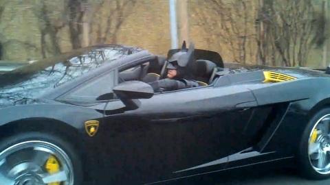 Batman roule sans plaques sur l'autoroute !