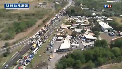 Carburants trop chers : les routiers de la Réunion bloquent les routes