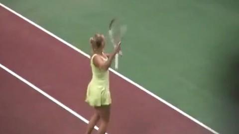 Caroline Wozniacki improvise une danse sur le court de tennis