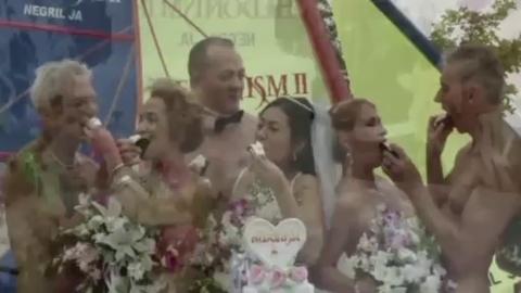 Ces couples se marient nus sur une plage tropicale