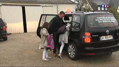 Ces écoliers vont à l'école en taxi