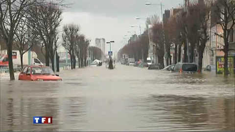 A Cherbourg, l'avenue de Paris se transforme en torrent
