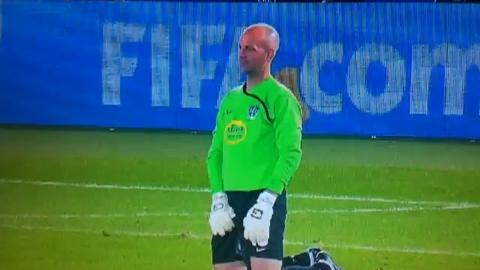 Comment un gardien de foot fait pipi lors d'un match?