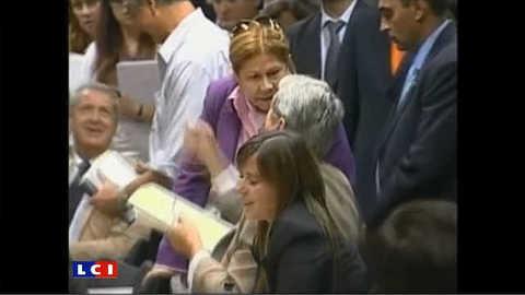 Une député gifle son collègue en direct à la télé