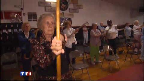 """Etats-Unis : face à la violence, les seniors font du """"karaté-canne"""""""