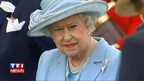 L'étrange œil rouge de la reine Elisabeth II