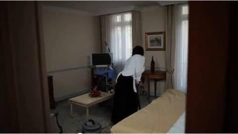 Fabrice Eboué en femme de chambre ...