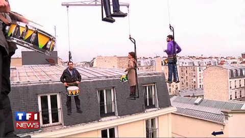 """Festival """"Onze Bouge"""": un mobile humain suspendu à 40 mètres au dessus de Paris"""