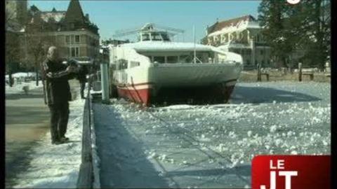 Froid : le lac d'Annecy gelé