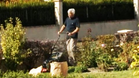 Funny prank on the gardener & his lawn mower !