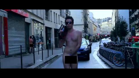 Des hommes nus  dans les rues de Paris