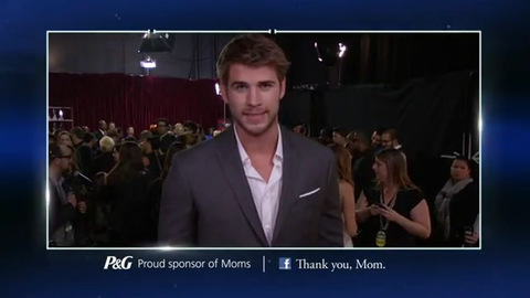 Hunger Games - Liam Hemsworth dit 'Merci, Maman' aux People's Choice Awards