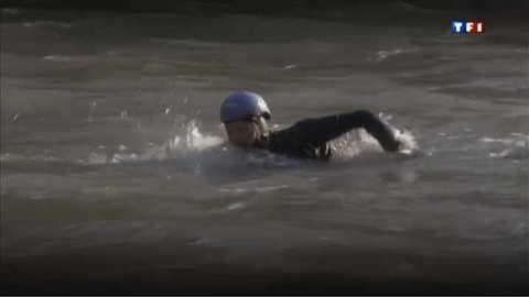 Il descend le Rhin à la nage