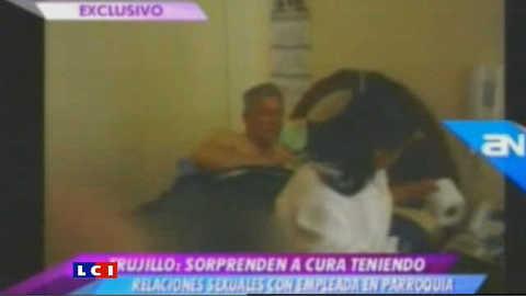 Il surprend sa femme au lit... avec le curé