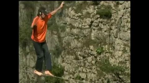 Il traverse un canyon chinois sur un fil sans aucune protection
