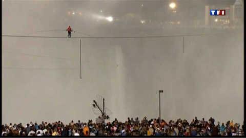 Il traverse les chutes du Niagara...sur un fil