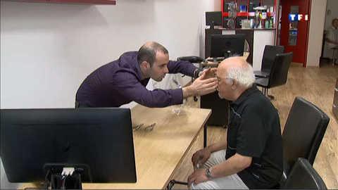 Ils aident les personnes âgées à trouver des lunettes de qualité