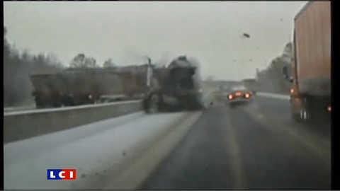 Impressionnant accident d'un camion au Canada : les images