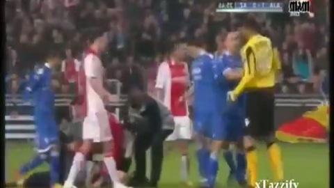 Insolite : le gardien se bat avec un supporter ! (06/01/2012)