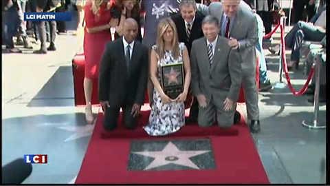 Jennifer Aniston émue devant son étoile à Hollywood