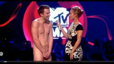 Un jeune homme nu débarque sur la scène des MTV Music Awards