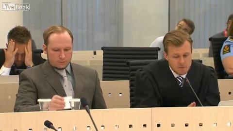 Un juge joue au Solitaire pendant le procès Breivik