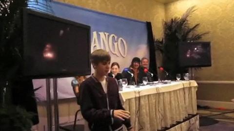 Justin Bieber débarque à la conférence de presse de Johnny Depp