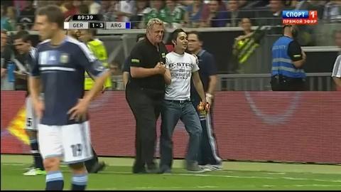 Lionel Messi s'amuse avec un supporter envahissant