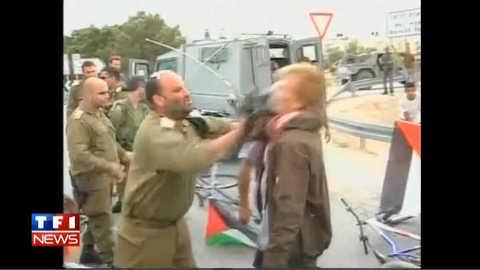 Un pro-palestinien frappé par un officier israélien : les images