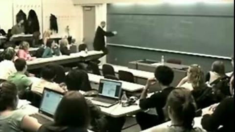 Un prof détruit l'ordinateur d'un élève et se fait applaudir