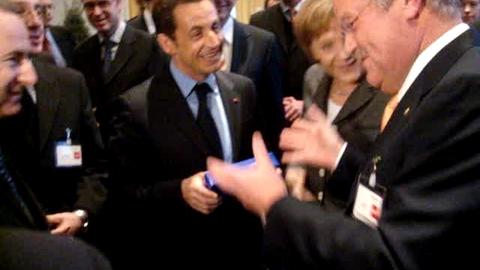 Quand Angela Merckel offre un stylo à Nicolas Sarkozy