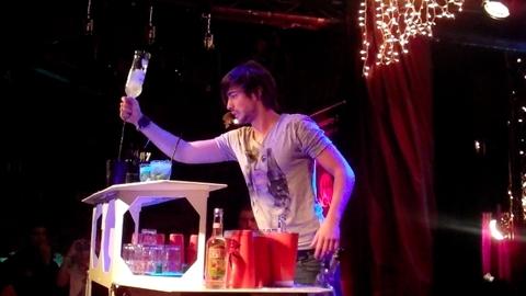 Robin jongle (mais il boit avant)