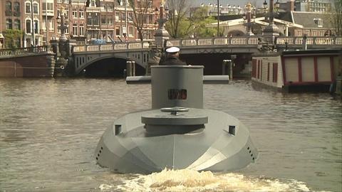 Sans lunettes, ce capitaine refait surface avec son sous-marin à Amsterdam