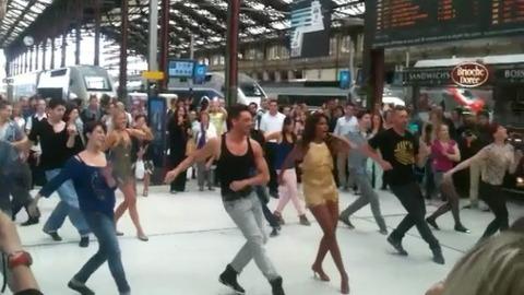 Shy'm fait le show avec Maxime à la Gare de Lyon