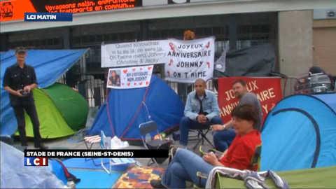 Sous la pluie, les fans de Johnny Hallyday campent devant le Stade de France