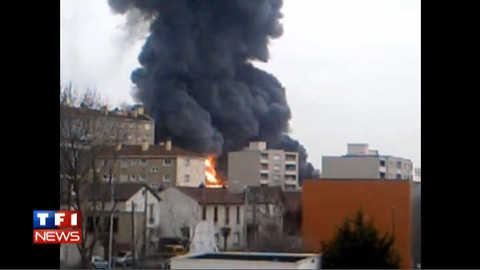 Spectaculaire incendie d'un entrepôt textile en Seine-Saint-Denis