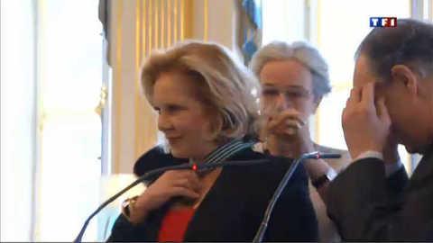 Sylvie Vartan reçoit les insignes de Commandeur des Arts et Lettres