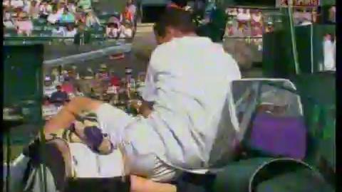 Tennis - Michael Llodra et la ramasseuse de balle - (autre angle) Wimbledon 2009