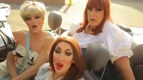 Des travestis font une chanson contre un fast-food