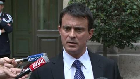 """Valls : """"pas de place pour ceux qui salissent l'uniforme de la police"""""""
