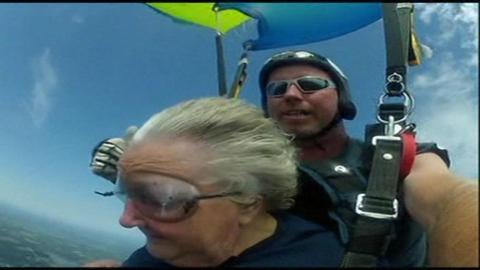 VIDEO : à 90 ans, elle s'offre un saut en parachute